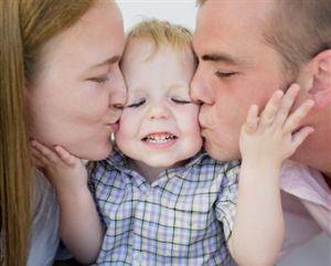 Beso padres e hijo(2)