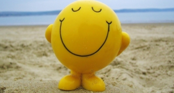 Portada_Psicologia_positiva_smiley-face-on-beach